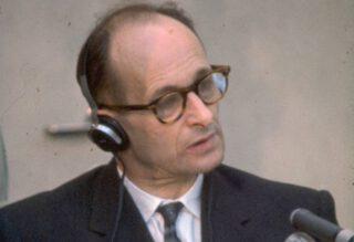 Adolf Eichmann tijdens zijn proces in Jeruzalem in 1961