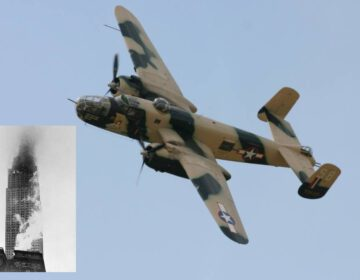 B-25 Mitchell-bommenwerper en de brandende wolkenkrabber na de crash.