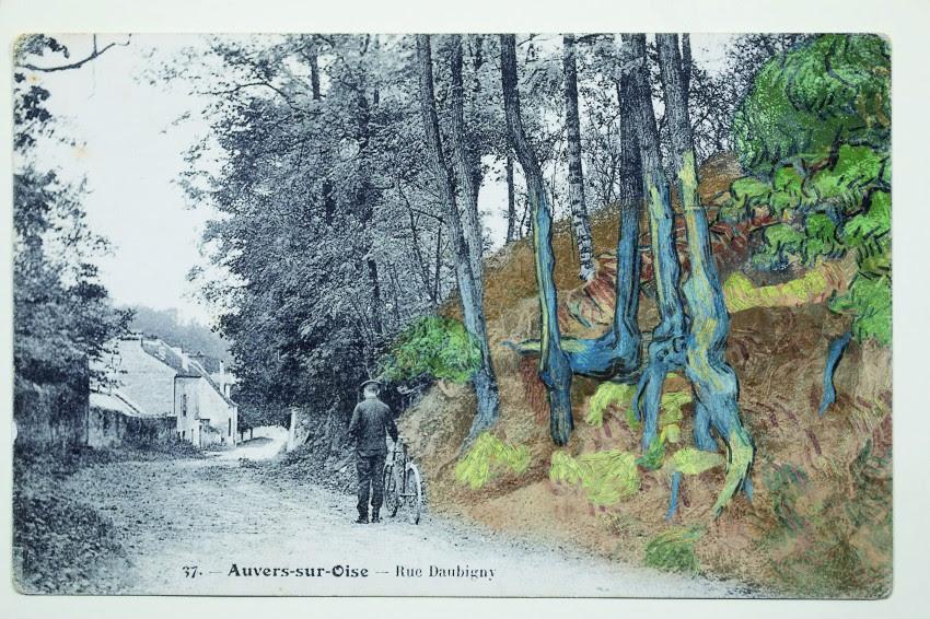 Ansichtkaart 'rue Daubigny, Auvers-sur-Oise' met daar overheen het schilderij 'Boomwortels' (1890) van Van Gogh,