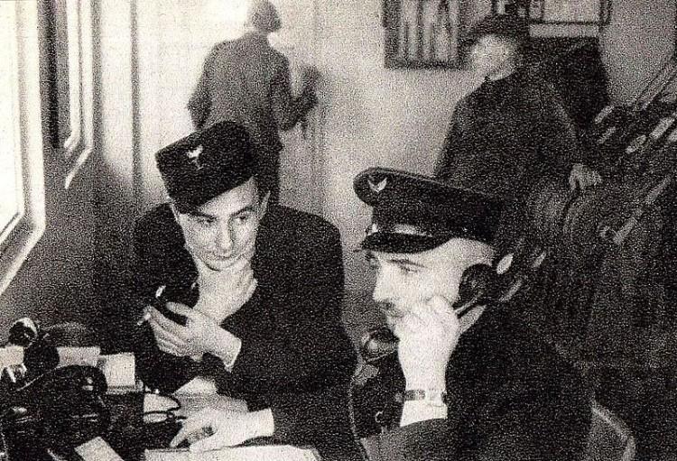 Franciszek Ząbecki (bellend) in het treinstation van Treblinka.  (Publiek domein/wiki)
