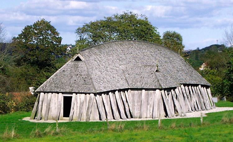 Reconstructie van een langhuis uit de Vikingtijd. (CC BY-SA 3.0 – Malene Thyssen. – wiki)