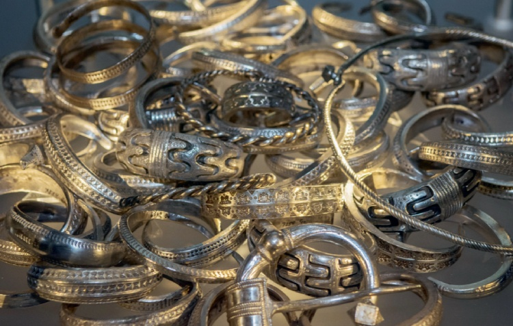 Zilveren armbanden, halsringen en mantelspelden uit verschillende schatten daterend uit het Vikingtijdperk, gevonden op Gotland. (Foto Katarina Mimmervoll, Zweeds Historisch Museum, Creative Commons). Uit: De Vikingen.