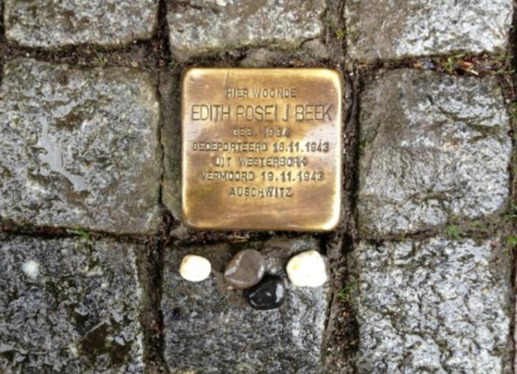 Kiezelsteentjes op de Stolpersteine voor Edith Roseij Beek