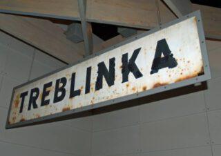 Spoorbord uit Treblinka, te zien in het Yad Vashem-museum