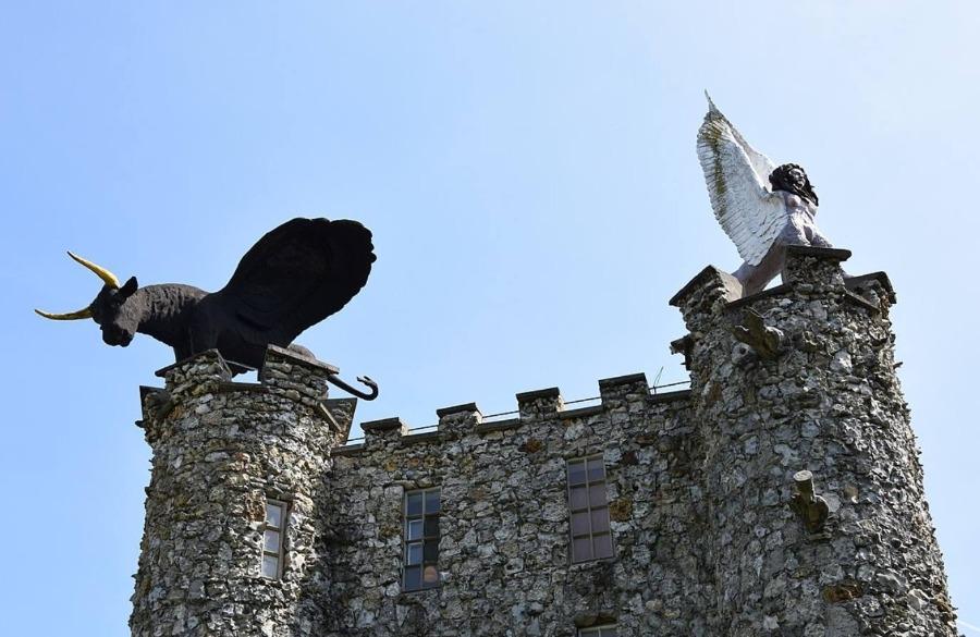 Twee van de cherubijnen op de Toren van Eben-Ezer