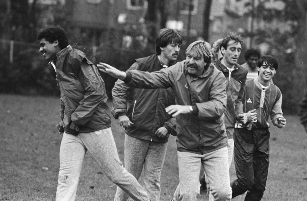 Ajax-trainer Aad de Mos maakt een dolletje met Frank Rijkaard, 1984