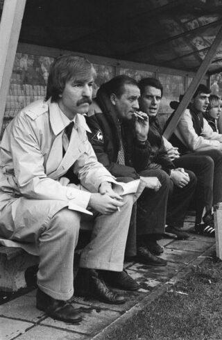 Aad de Mos als kersverse Ajax-trainer, naast Bobby Haarms