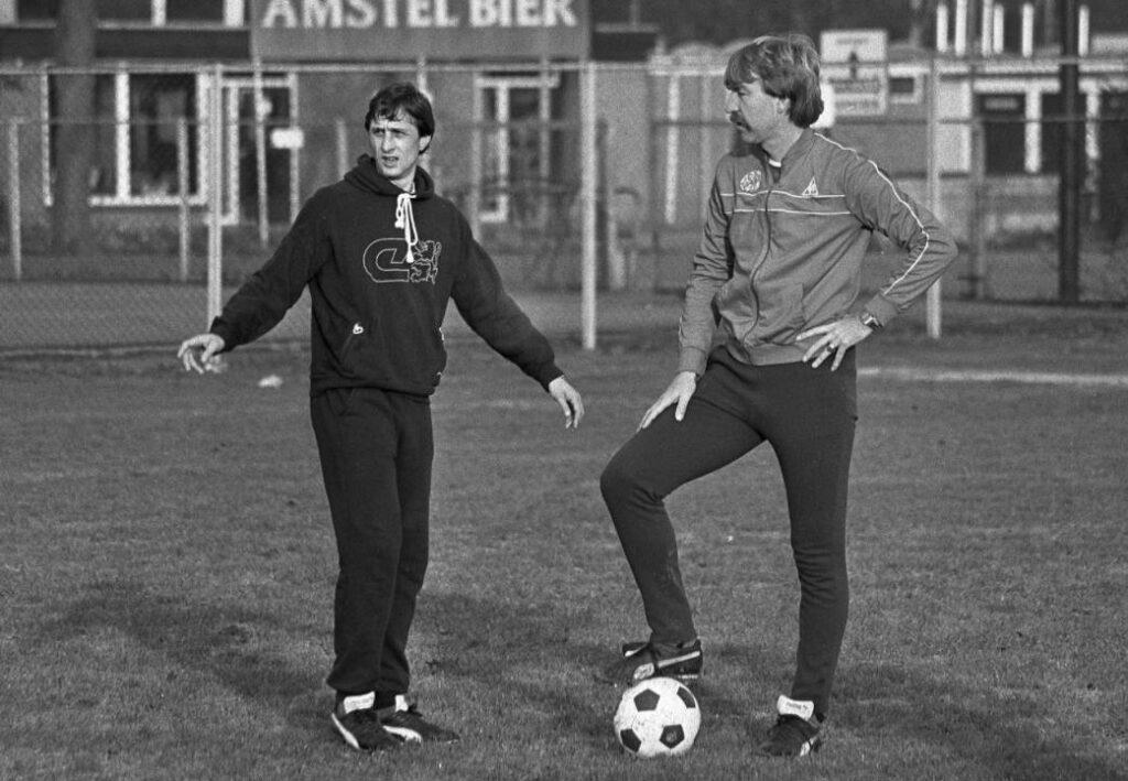 Aad de Mos naast Johan Cruijff tijdens een training van Ajax