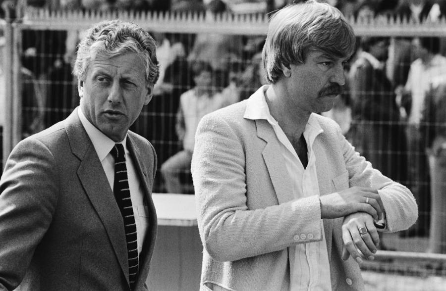 Aad de Mos (rechts) voorafgaand aan een wedstrijd tegen PSV, 1982. Links PSV-trainer Thijs Libregts