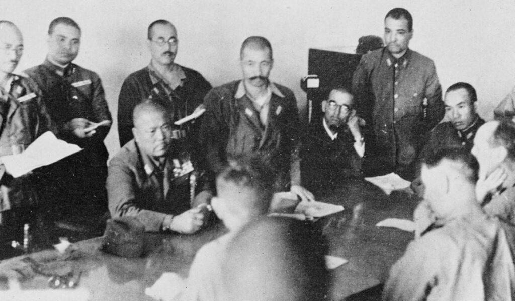 Yamashita (zittend midden) eist de onvoorwaardelijke overgave van Singapore. Tegenover hem de Britse legerleider Arthur Ernest Percival