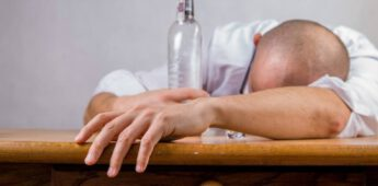 Je een stuk in de kraag drinken – Betekenis en herkomst