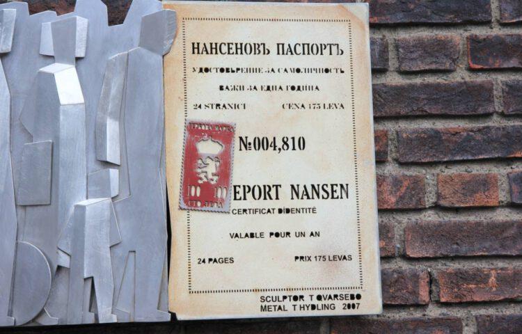 Plaquette ter herinnering aan het Nansenpaspoort