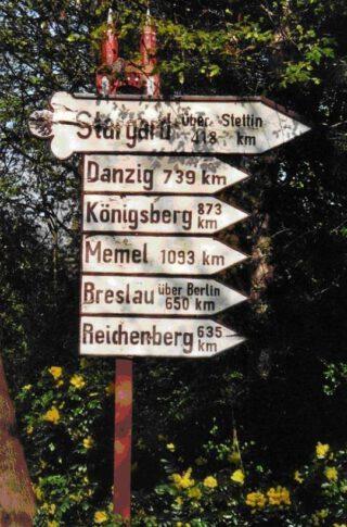 Nostalgische wegwijzer van 1953 in  Elmshorn (Sleeswijk-Holstein) naar 'ehemalige' Duitse steden die nu in Polen, Litouwen en Rusland liggen. Het origineel werd in 2017 vernield, maar is intussen vervangen door een nieuw exemplaar.