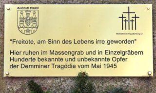 Plaquette bij het monument in Demmin