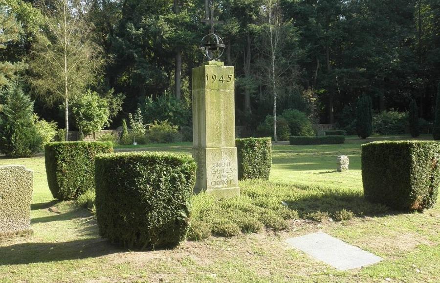 Gedenkteken boven het massagraf in Demmin, waar de doden werden begraven van de zelfmoordgolf in april/mei 1945.