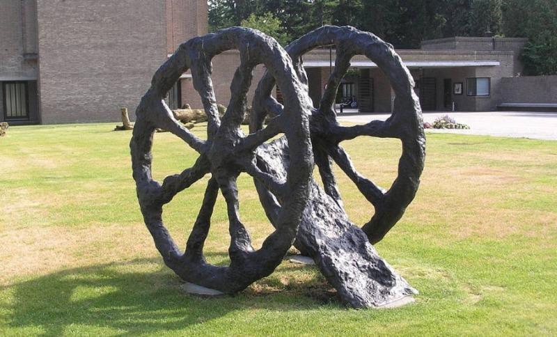 'Feldzug', kunstwerk van Armando te zien bij de begraafplaats Rusthof in Leusden