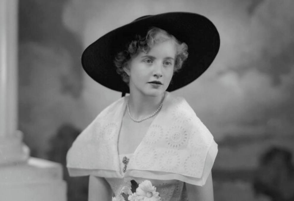 Lady Glenconner in 1950. Door Navana Vandyk.