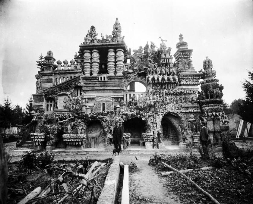 "Ferdinand Cheval rond 1890 voor het nog onvoltooide ""Palais idéal"""