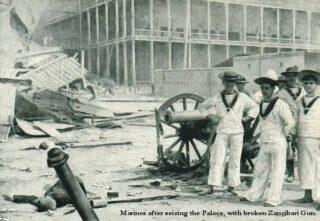 Britten bij een veroverd kanon, naast het paleis van de sultan