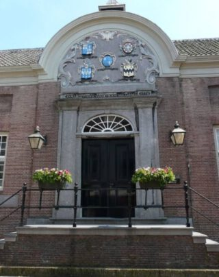 Ingang van Museum Hofje van Mevrouw van Aerden in Leerdam