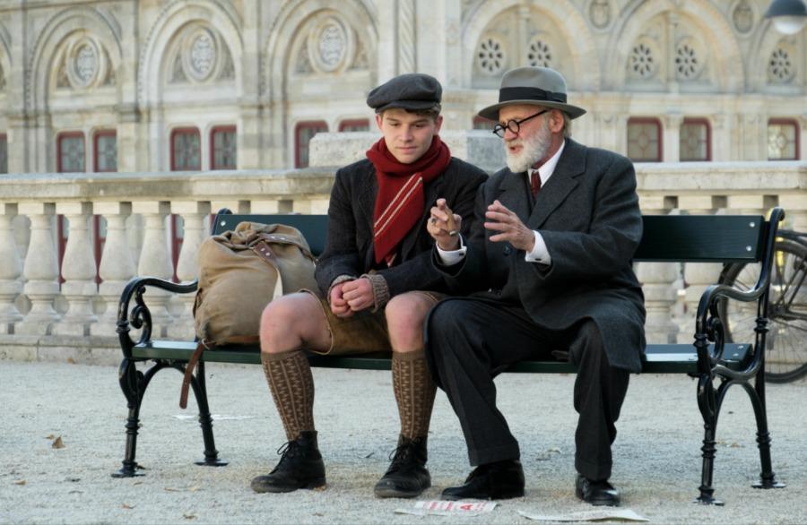 The Tobacconist - Franz (Simon Morzé) en Freud (Bruno Ganz)
