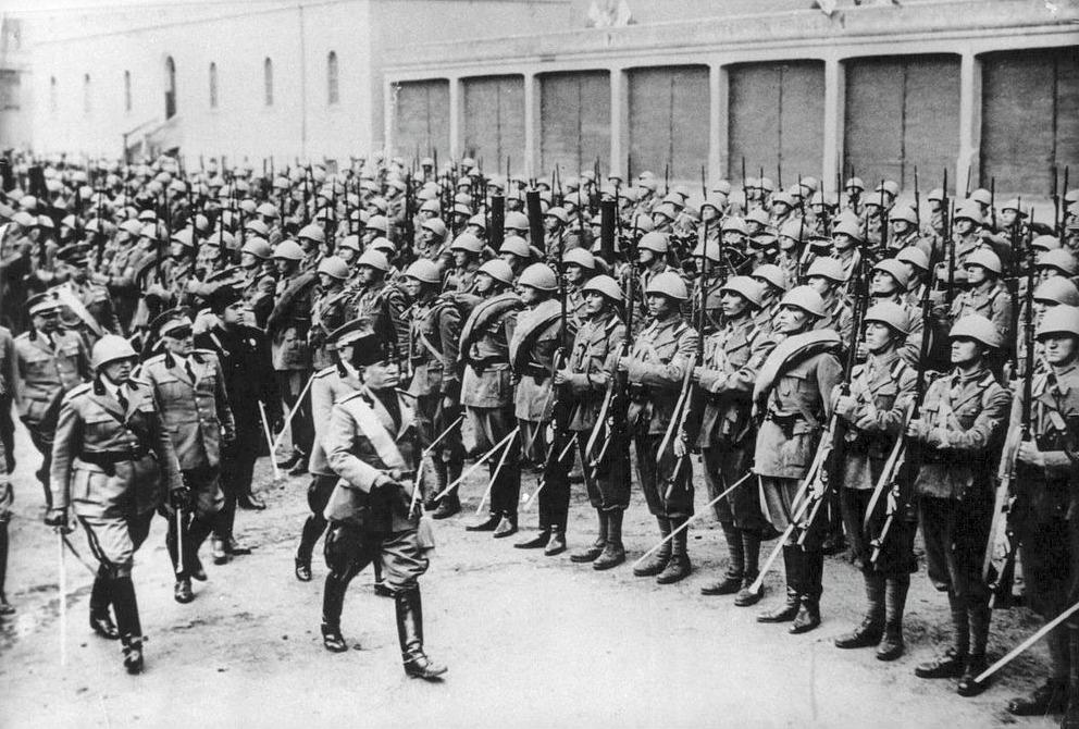 Benito Mussolini tijdens een troepeninspectie in Rome, december 1934