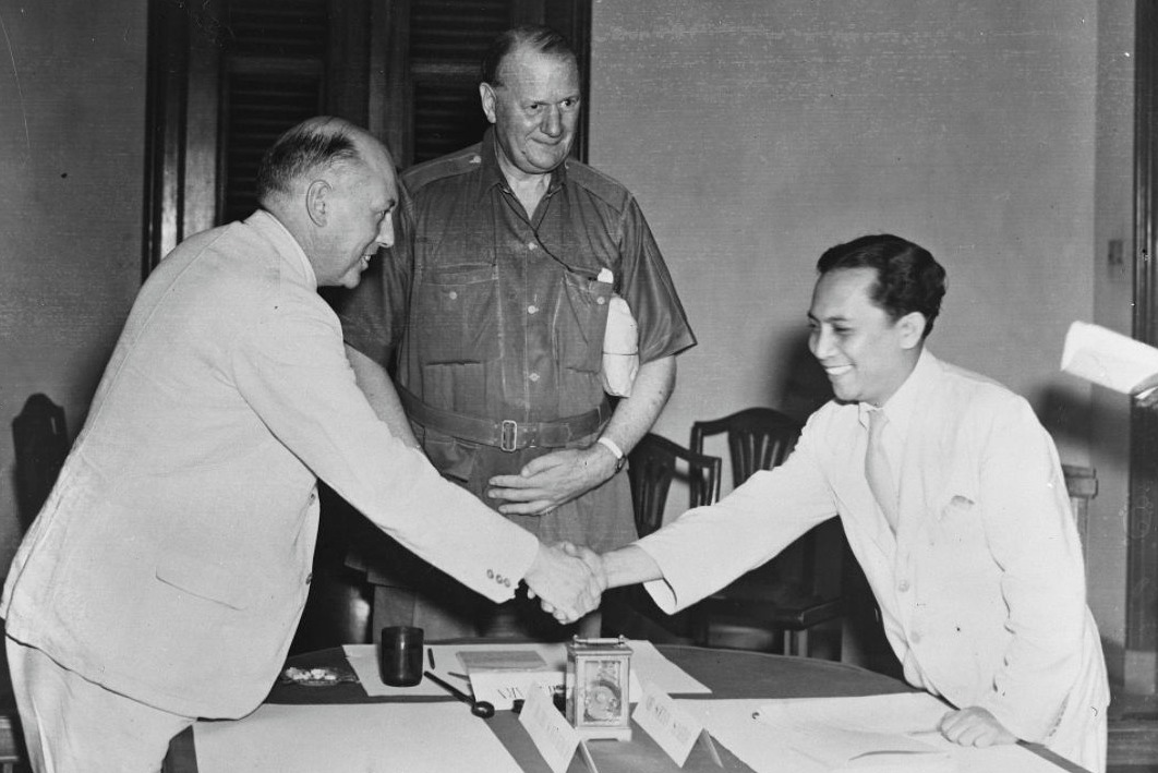 Schermerhorn, Lord Killearn en Sutan Sjahrir tijdens een bespreking in aanloop naar het Akkoord van Linggadjati