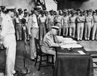 Ondertekening van de Japanse overgavedocumenten door de Nederlandse vertegenwoordiger luitenant-admiraal Conrad E.L. Helfrich
