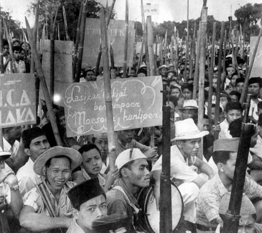 Pemoeda's op Java, bewapend met puntige bamboesperen, machettes en enkele geweren afkomstig van de Japanners, 1946