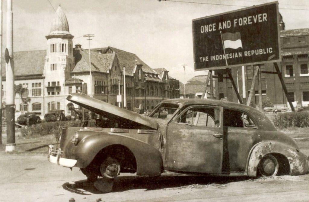 De uitgebrande auto van de Britse brigadier Aubertin Mallaby, op de plek waar hij werd gedood