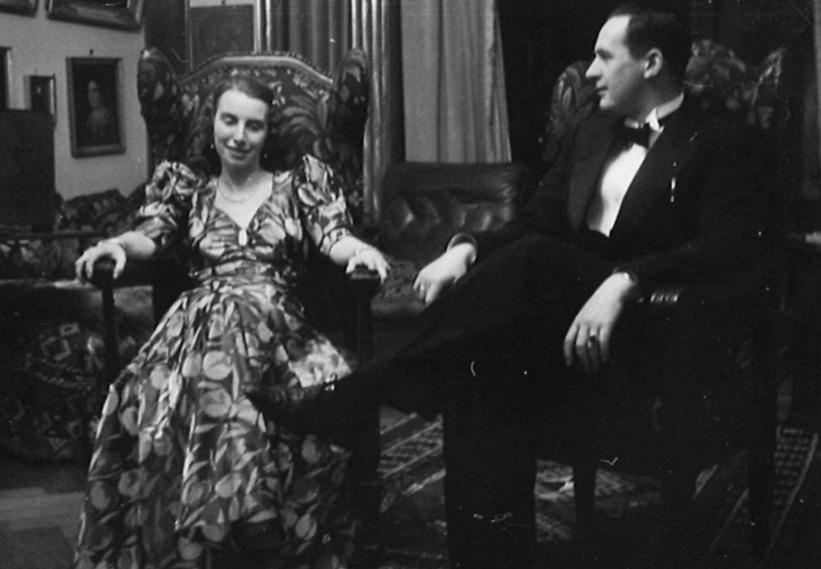 Gisela en Robert in het huis van zijn ouders, circa 1937