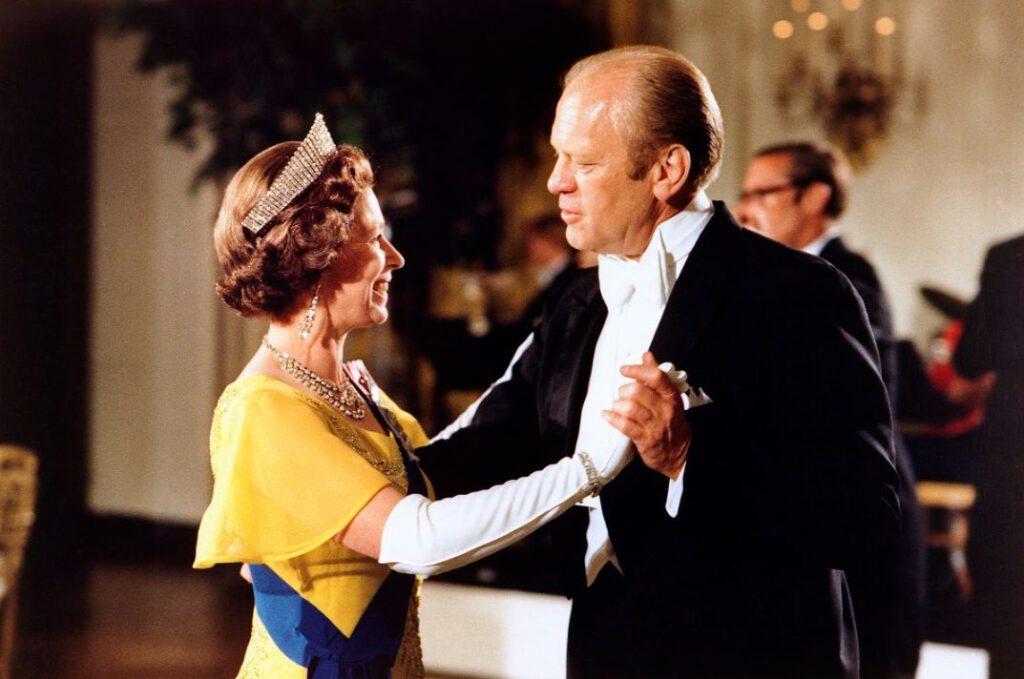 Koningin Elizabeth II danst met de Amerikaanse president, 1976