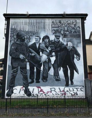 Muurschildering in Derry, ter herinnering aan Bloody Sunday (1972), een bloedige gebeurtenis waarbij Britse soldaten het vuur openden op katholieke demonstranten