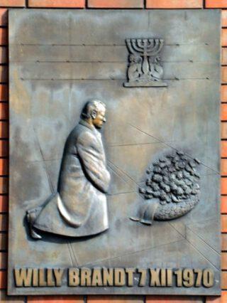 Plaquette in Warschau ter herinnering aan de 'Warschauer Kniefall'