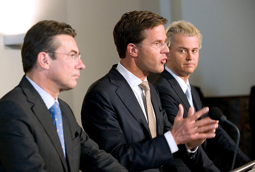 Geert Wilders (rechts) bij de presentatie van het regeerakkoord, samen met CDA-leider Maxime Verhagen (links) en de nieuwe premier Mark Rutte (midden)