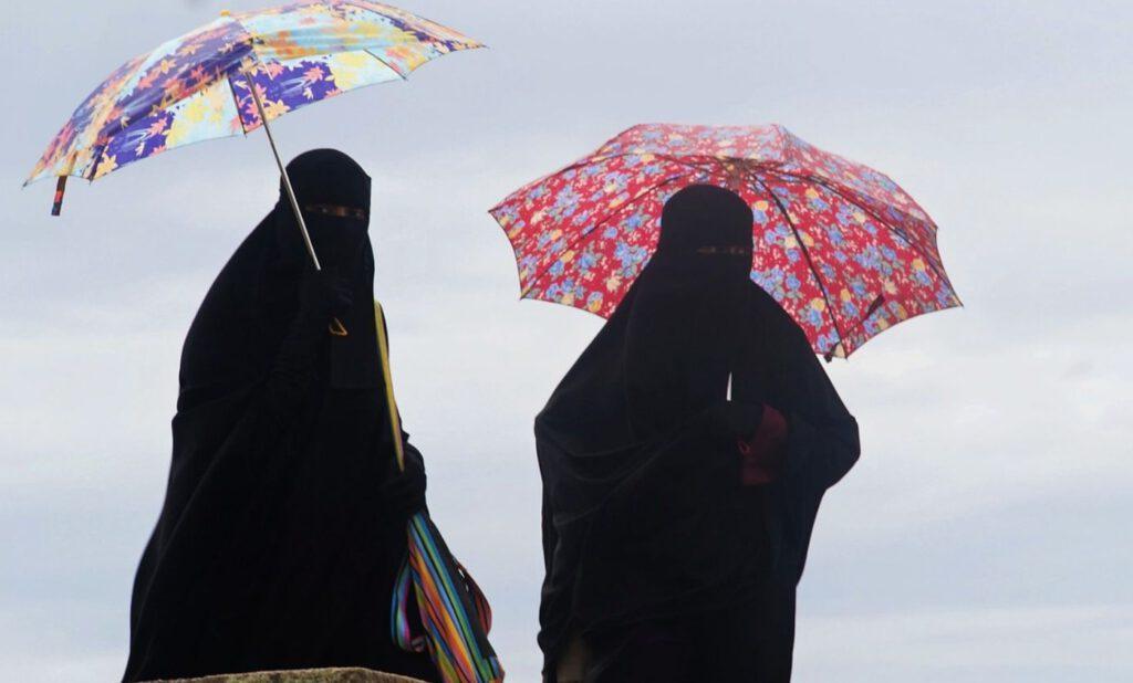 Twee islamitische vrouwen met gezichtsbedekkende kleding