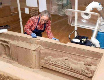 Restaurator Renske Dooijes bij de sarcofaag van Simpelveld