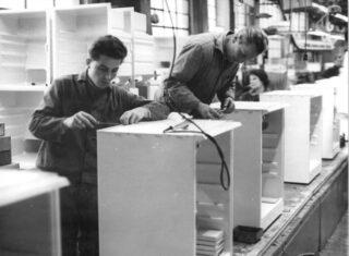 Planeconomie - Arbeiders in een koelkastfabriek in de DDR