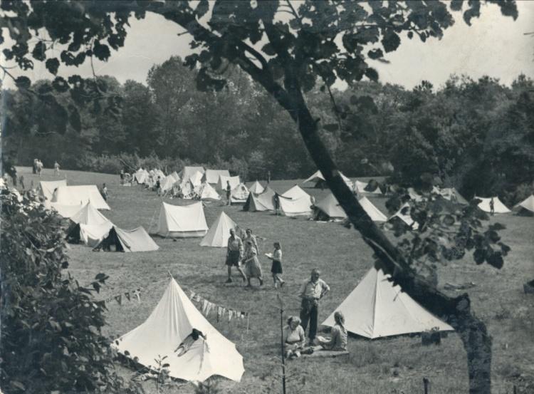 Overzicht van een ANWB-oefenkamp aan de Overijsselse Vecht in Ommen. De foto laat zien dat ook ouderen aan het kamp meededen.  Uit: Naar buiten