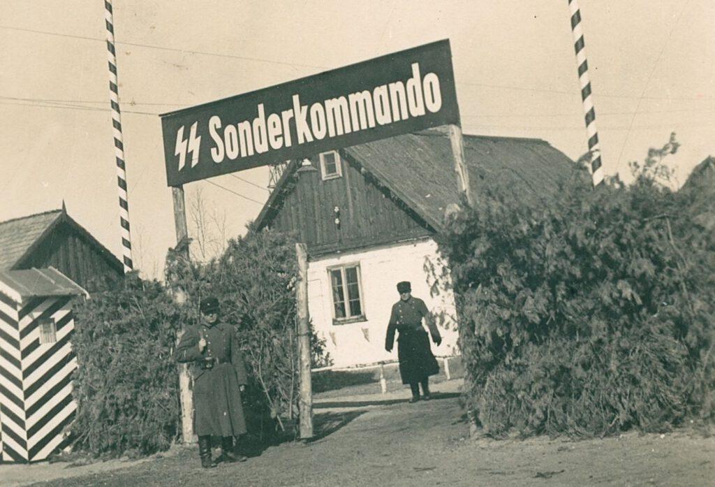De toegangspoort van kamp Sobibor in voorjaar 1943