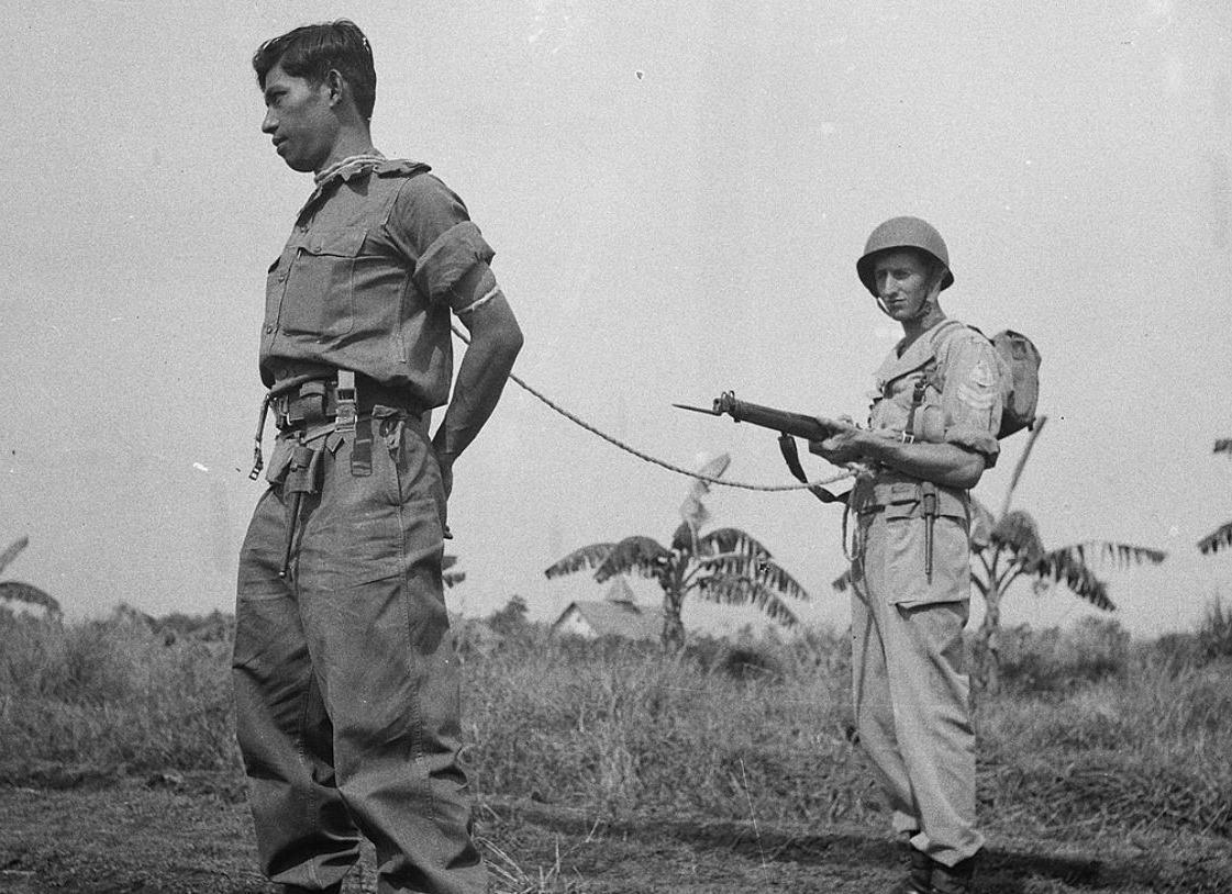 Foto uit een militair handboek bij een voorschrift voor de arrestatie van Indonesische guerillastrijders
