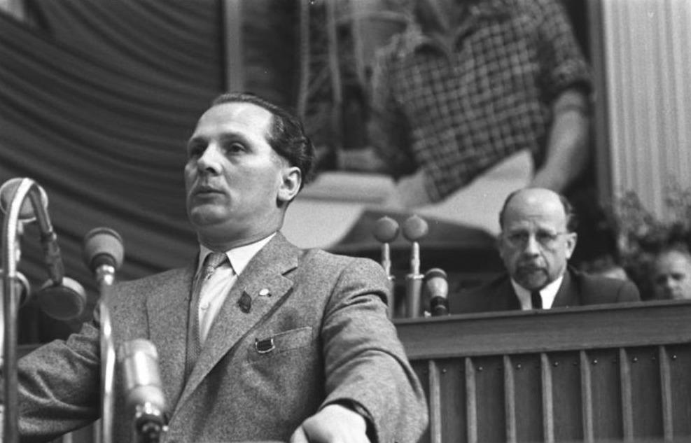 Erich Honecker tijdens een partijdag van de SED, met achter hem Walter Ulbricht, 1958