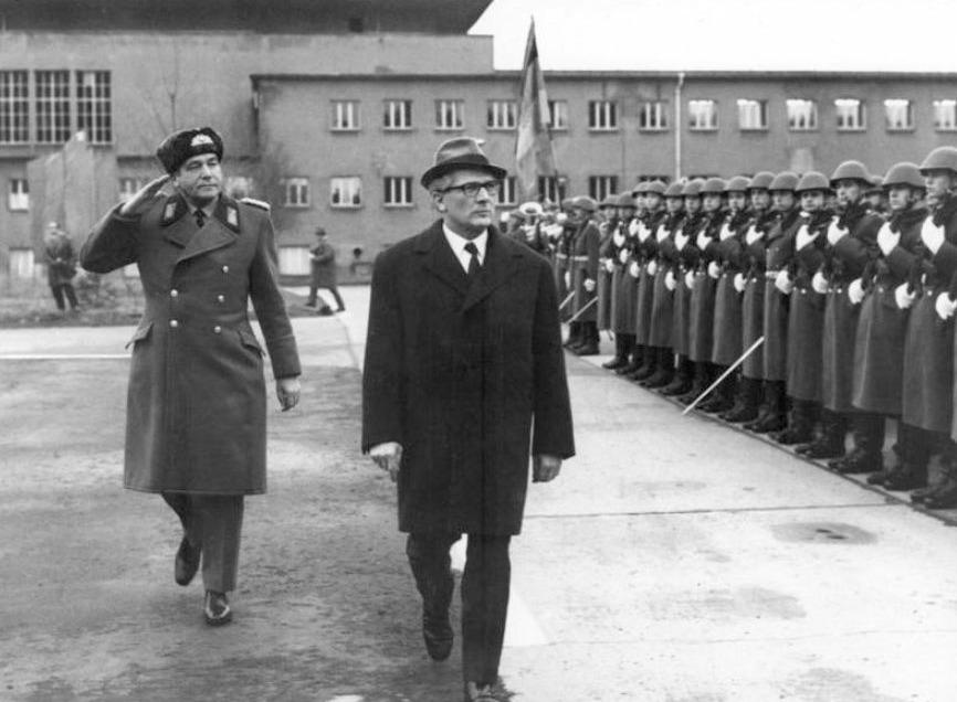 Honecker tijdens een troepenschouw in 1972