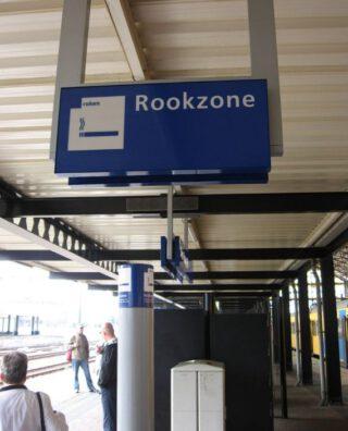 Rookzone op een treinstation