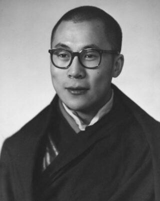 Tenzin Gyatso, de veertiende Dalai Lama in 1956 in New Delhi