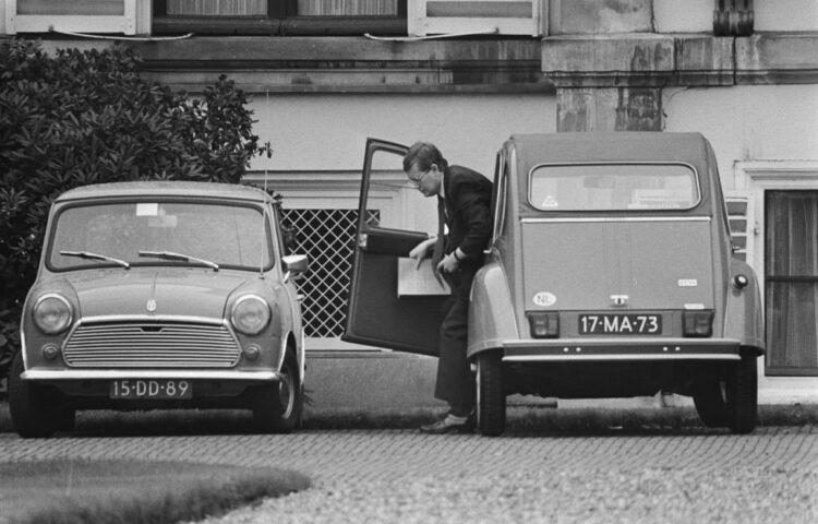 8 oktober 1977 - Hans Wiegel arriveert in een 'Lelijke Eend' bij Paleis Soestdijk