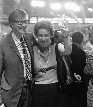 Hans Wiegel op een verkiezingsavond in 1970 samen met VVD-prominent Haya van Someren