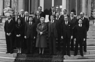 Bordesscène van de ministers van het kabinet-Van Agt I, met Hans Wiegel rechts van koningin Juliana
