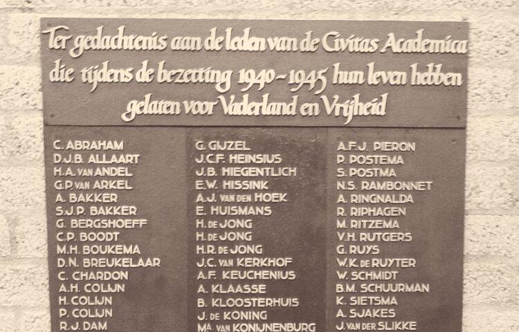 Detail van de oorlogsplaquette van de Vrije Universiteit