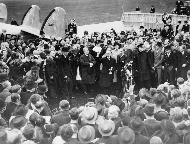 Neville Chamberlain geeft zijn 'Peace for our time-speech' op het vliegveld in Londen